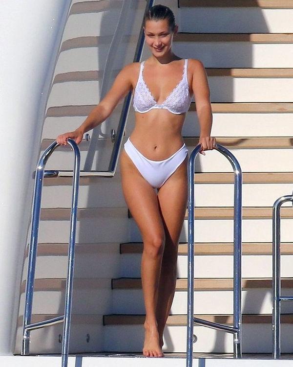 Белла Хадид в кружевном купальнике