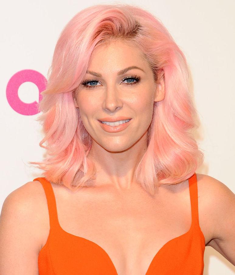 Бонни Макки со стрижкой каре и окрашиванием розовый блонд