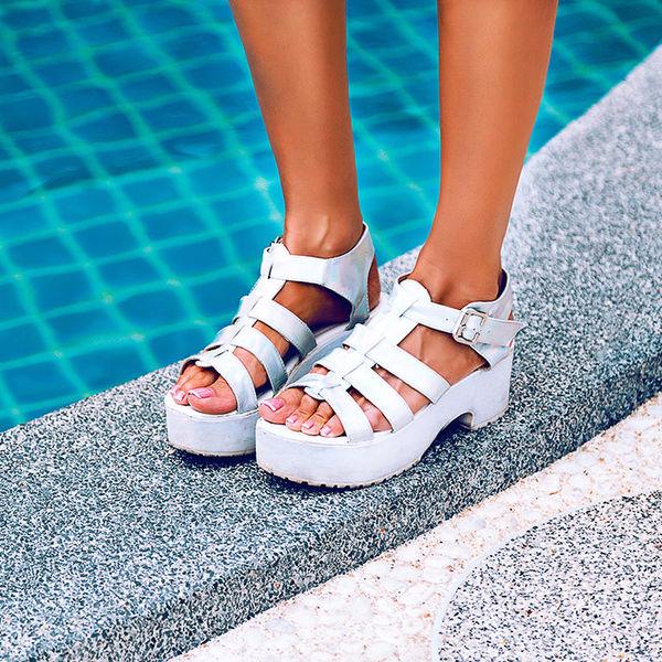 e64bae2c45cb Дизайнеры создали функциональную пляжную обувь, которая идеально подойдет  для прогулки по пляжу и при этом стильно выглядит.