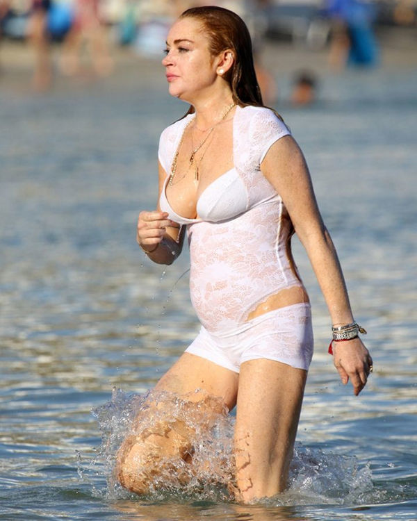 Линдси Лохан в белом купальнике с кружевами