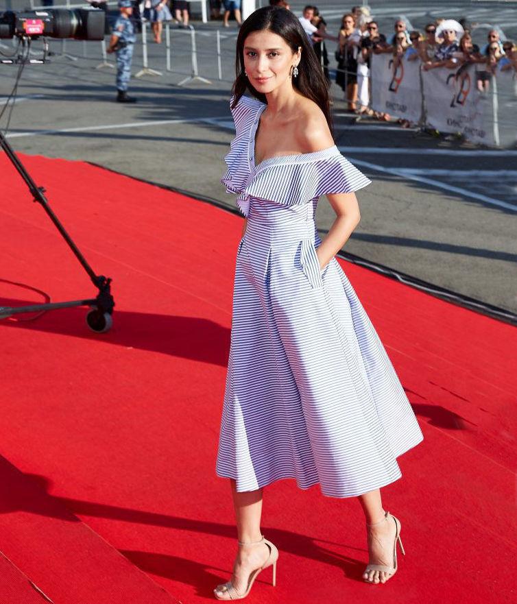 чаще всего фото равшаны курковой в белом платье является