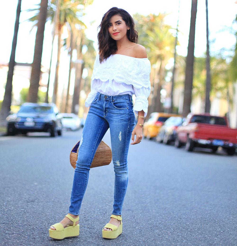 Блуза с открытыми плечами + джинсы и массивные сандали - хит сезона!
